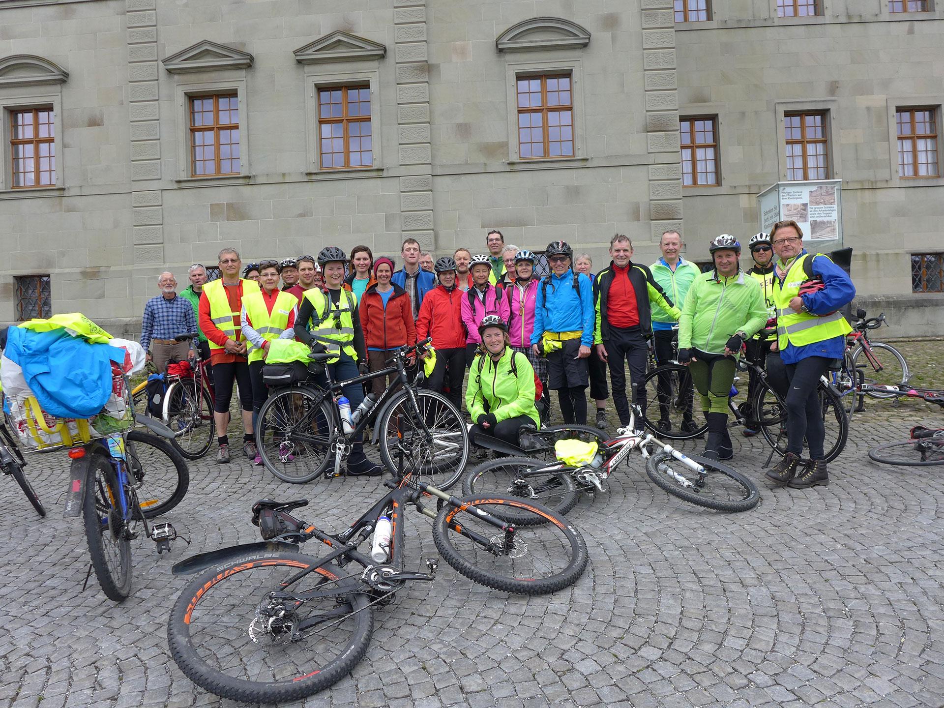 Die Velopilgerinnen und -pilger nach der Ankunft vor dem Kloster Einsiedeln. | © 2015 Dominik Thali