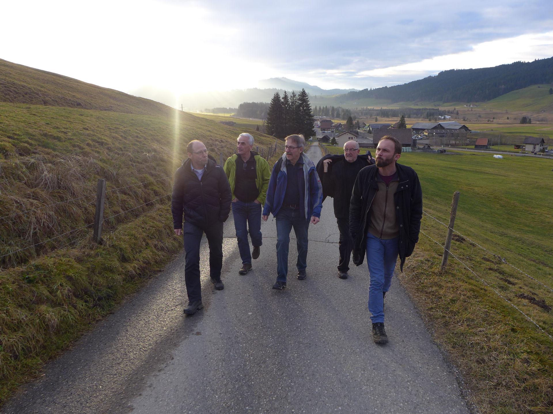 Auf dem Anstieg zum Katzenstrick (von links): Edi Wigger, Hubert Aregger, Hans Moos, Toni Schwingruber und Viktor Diethelm. | © 2015 Dominik Thali