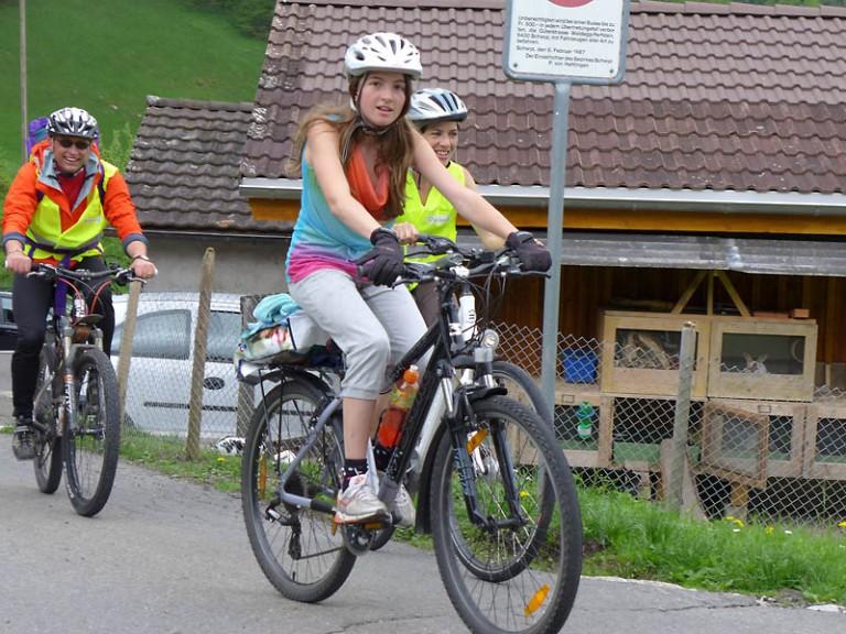 Eine Gruppe Velopilger im Anstieg zur Ibergeregg (von links): Thomas Villiger aus Römerswil, Alessandra Jenni und ihre Mutter Petra aus Ballwil. | © 2013 Dominik Thali