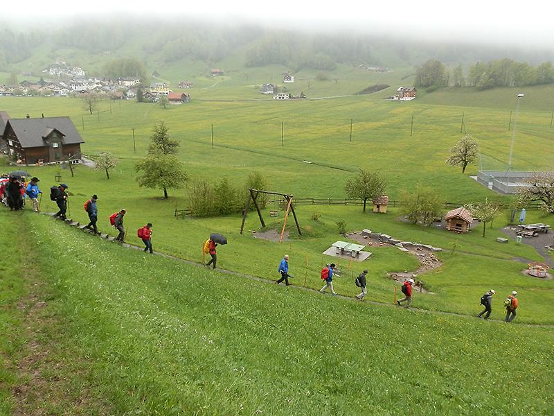 Mit Schirm, Regenjacke und guten Schuhen: Die Fusswallfahrerinnen und -wallfahrer wetterfest unterwegs. | © 2014 Thomas Trüeb