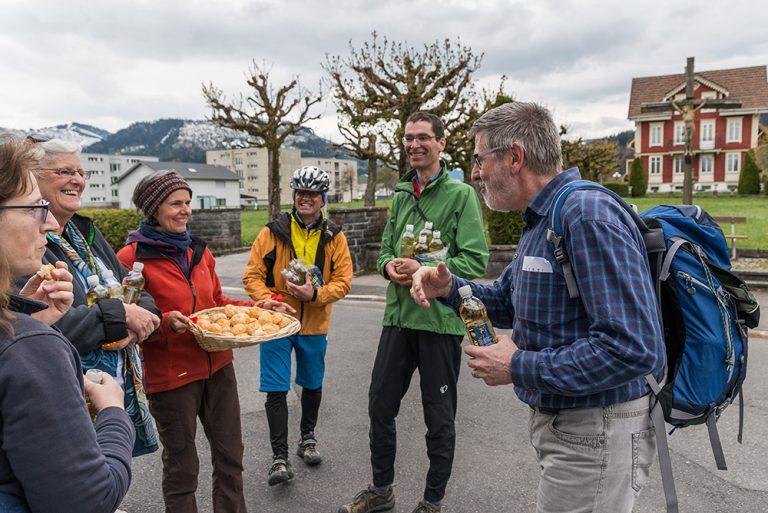 Gemeinsam am Ziel: Fuss- und Velowallfahrer treffen sich am Abend in Einsiedeln. |  © 2016 Roberto Conciatori