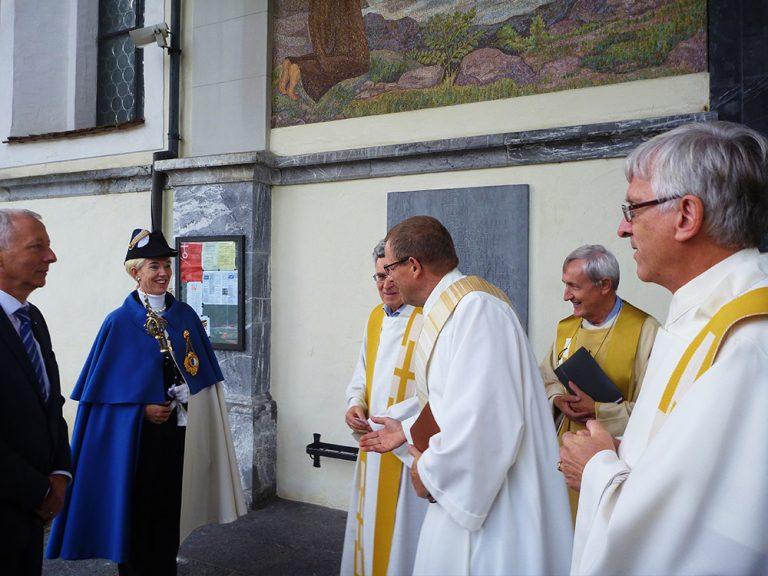 Pilgerleiter Hans Schelbert begrüsst die Delegation der Luzerner Regierung nach dem Gottesdienst.