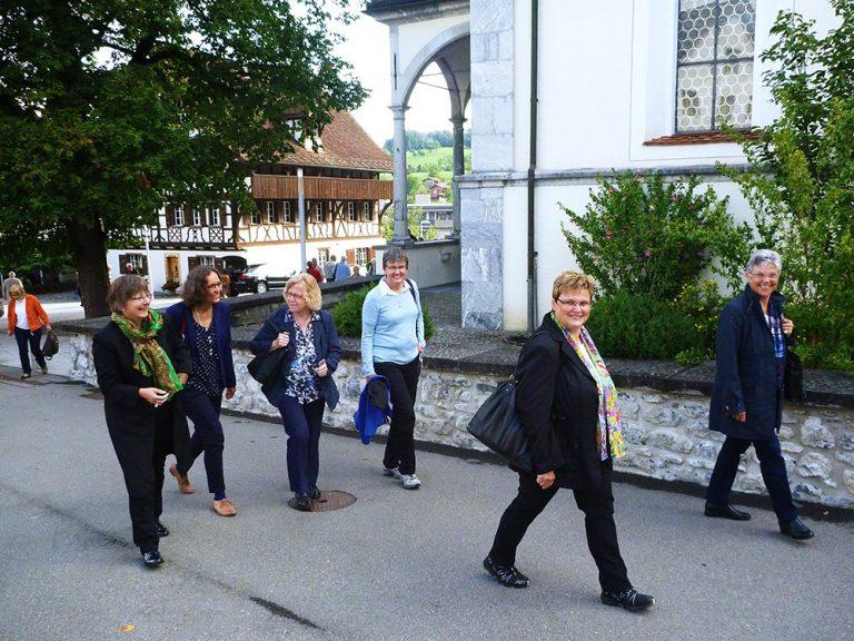 Abmarsch nach Flüeli nach dem Gottesdienst in der Pfarrkirche Sachseln.