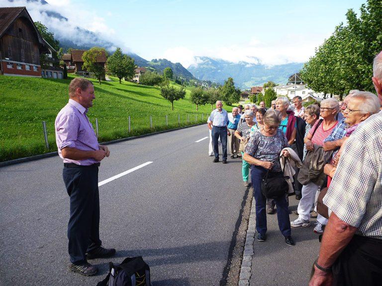 Pilgerleiter Hans Schelbert gibt unterwegs Informationen weiter.