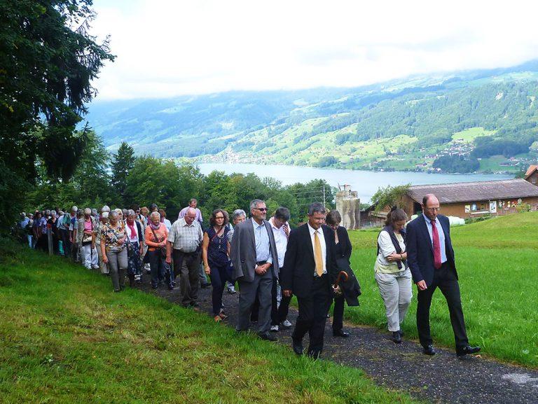Die Pilgergruppe unterwegs von Sachseln ins Flüeli.