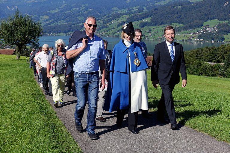 Unterwegs von Sachseln nach Flüeli (von links): Kantonsratspräsident Andreas Hofer, Standesweibelin Anita Imfeld und Regierungspräsident Marcel Schwerzmann. | © 2016 Thomas Trüeb