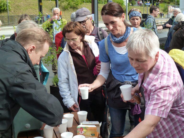Mitglieder der Fraktion Pilatus hatten als Überraschung einen Kaffeehalt beim Bahnhof Küssnacht organsiert. | © 2017 Matthias Bättig