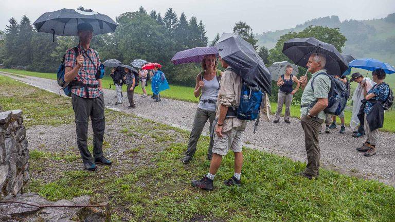 Gute Laune trotz Regen. Bis etwa halb elf Uhr leistete der Regenschirm gute Dienste.  | © 2017 Dominik Thali