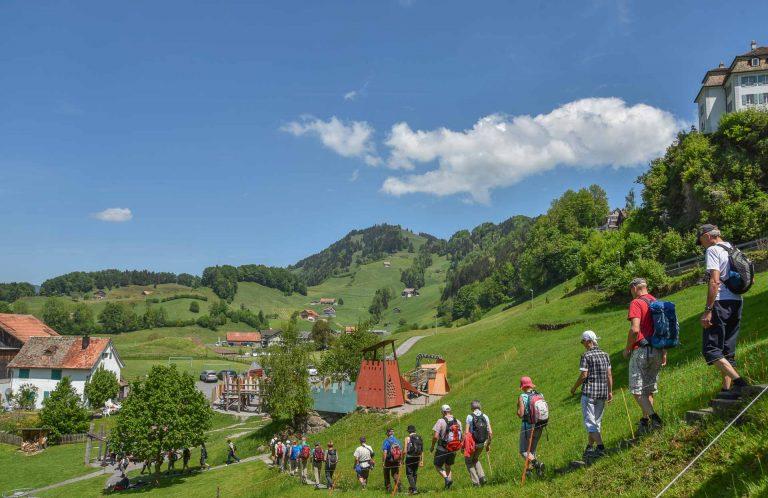 Die Fusspilger am Samstag kurz nach Sattel, auf dem Weg zur Kapelle St. Jost. | © 2018 Benedikt Troxler