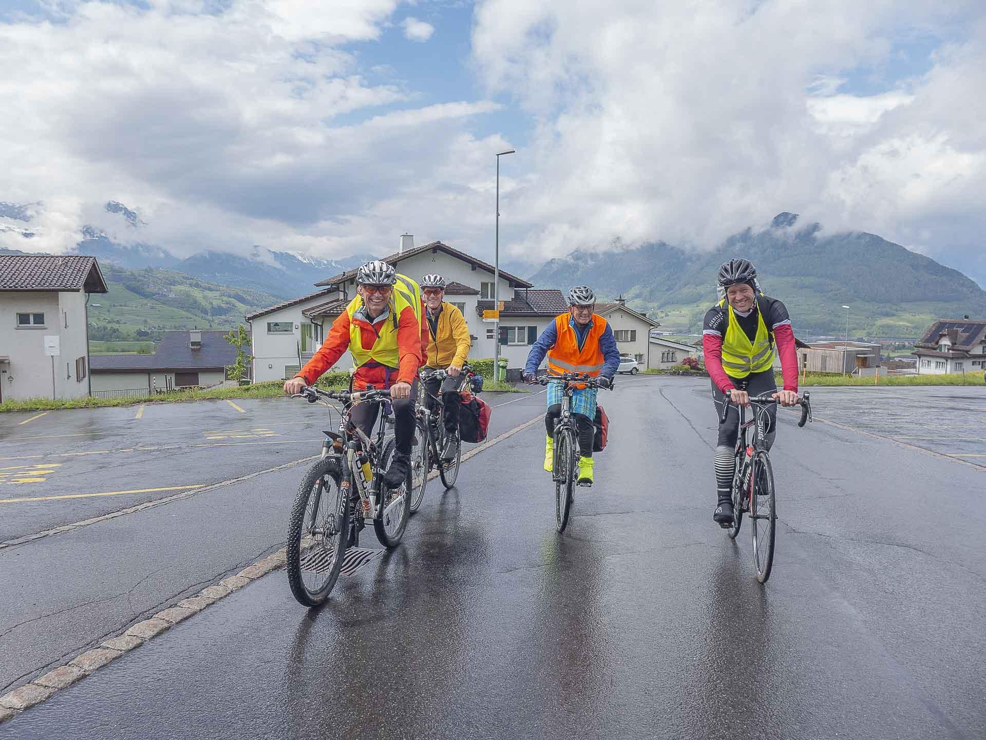 Vier Velowallfahrter am Fuss der Ibergeregg - fast 800 Höhenmeter haben sie hier noch vor sich. | © Dominik Thali