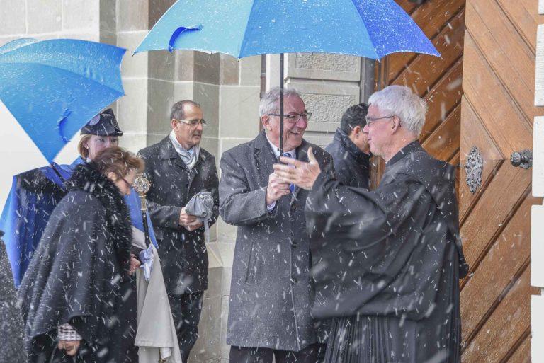 2019 wurde der Wallfahrtssonntag verschneit. der damalige Regierungspräsident Robert Küng bei der Begrüssung vor dem Kloster.