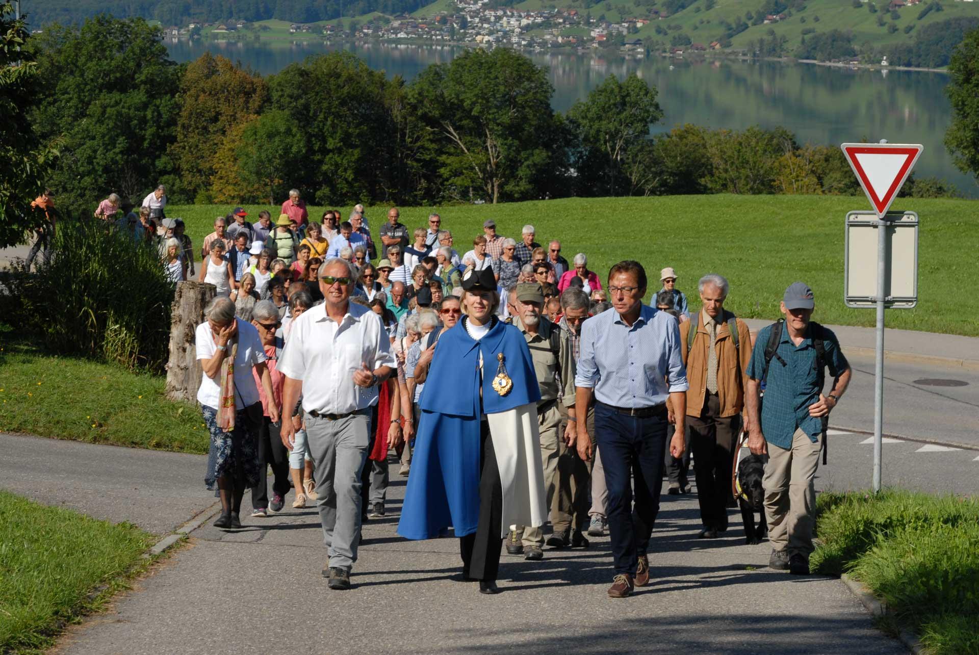Unterwegs bei strahlendem Wetter – Die Pilgerinnen und Pilger folgen der Delegation der Luzerner Regierung mit der Standesweibelin von Sachseln nach Flühli. | © 2019 Tatjana Troxler