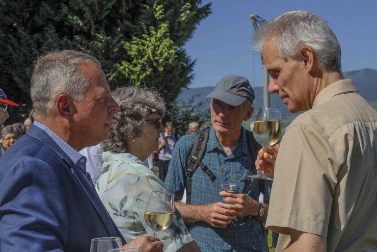 Beim Apéro (von links): Synodalrat Armin Suppiger, Synodepräsidentin Ursula Hüsler, ein Mitglied der Fusspilgergruppe, Stefan Hüsler. | © 2019 Tatjana Troxler