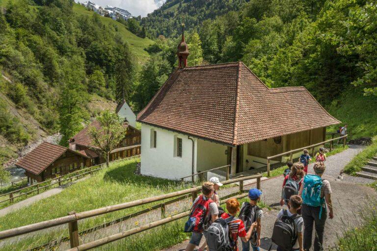 Auf dem Weg hinunter in den Ranft: die Luzerner Landeswallfahrt zu Bruder Klaus findet am 1. September nach einem Jahr Unterbruch wieder statt. | © 2016 Roberto Conciatori